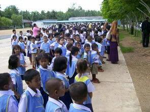 Le maestre radunano i bimbi prima dello spettacolo del Mago Leo Thailandia