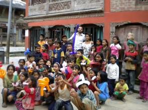 Leo e i bimbi di Bandipur Nepal