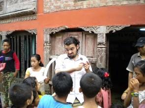 Leo e i bimbi nepalesi