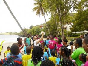Mago Leo coi Bimbi di Saint Lucia piccole Antille