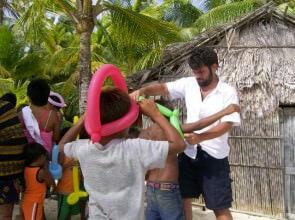 Mago Leo coi bambini Kuna