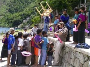 Mago Leo coi bimbi indios di Atitlan Guatemala