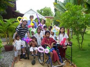 Mago Leo con i bimbi e lo staff Medico di Battanbang Emergency Cambogia