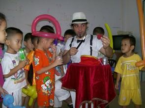 Mago Leo in Vietnam scuola elementare