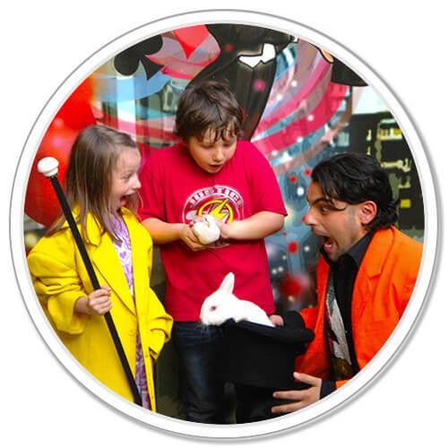 Mago Leo fa un super spettacolo di magia con giochi e trucchi incredibili per bambini