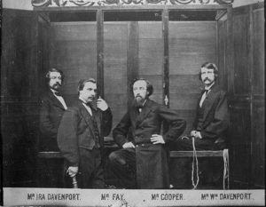 Un'immagine celebre dei Davenport Brothers e Fay