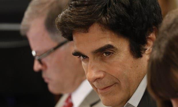 Copperfield costretto a svelare ai giudici il segreto dell'illusione incriminata. Il processo continua.
